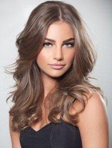 Средний русый цвет волос омолодит женщину старше 40